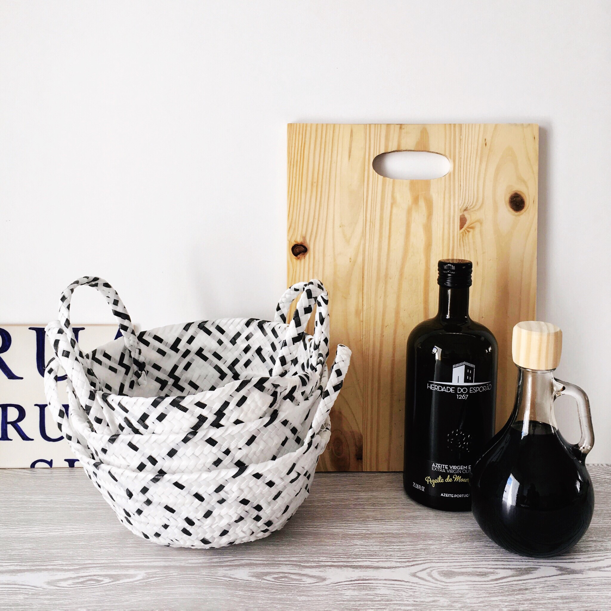 casa-cubista-black-and-white-baskets