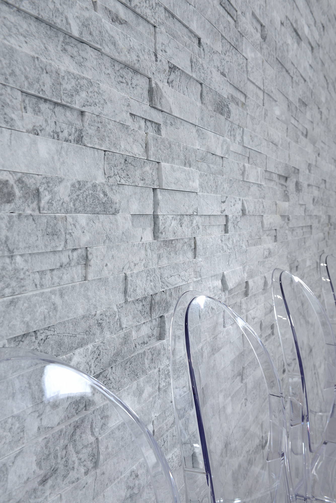 docere-stone-feature-wall-erthcoverings-white-wolf-ledgestone-rove-ghost-chairs-the-curated-house-orc